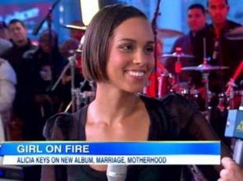 Alicia Keys, tout en transparence et sensualité, remercie son fils Egypt