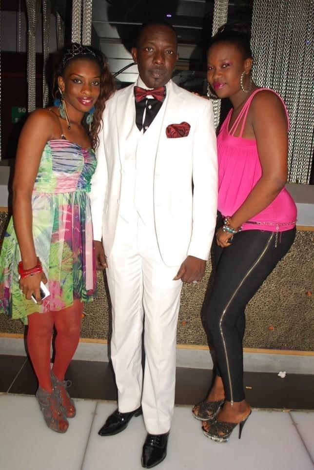 L'élégant Mbaye Dièye Faye entouré de deux belles nymphes