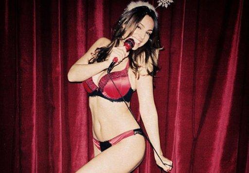 Kelly Brook : Les stars se déshabillent dans un calendrier de l'avent sexy