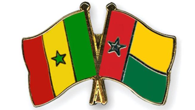 Avenues aux noms de Macky Sall et Buhari - Des Bissau-guinéens marchent sur le drapeau du Sénégal