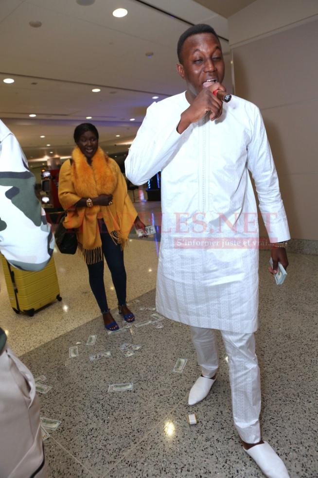 Mo Gate arrose Ndiole Tall de 1500  dollars à sa descente de l'avion à l 'aéroport de Las Vegas