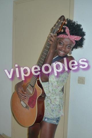 Manouch Audrey, la miss ivoirienne joue de la guitare