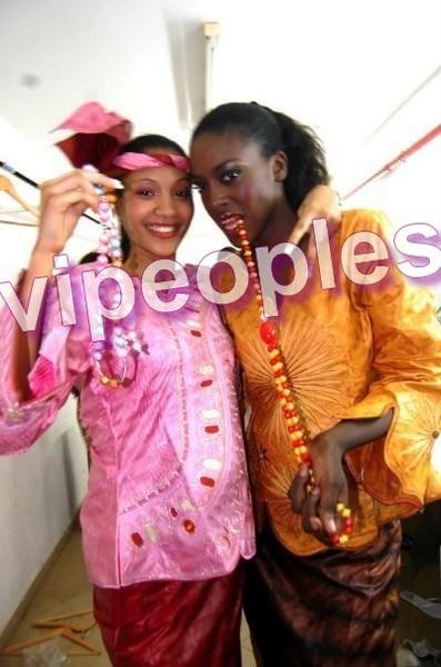 Adja Diallo montre ses bines bines en public avec sa copine