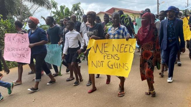 Cameroun anglophone: les 11 enseignants libérés, dernier hommage aux écoliers tués