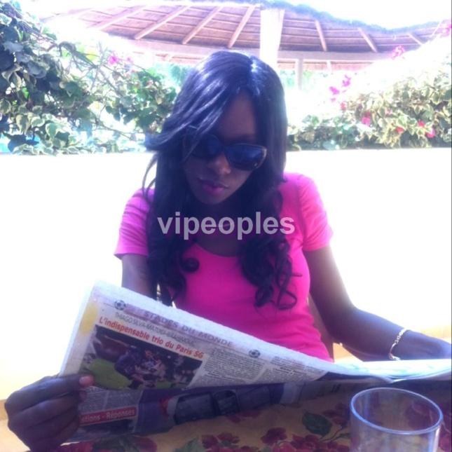 Elle montre qu'elle est bien journaliste en lisant le journal! Khadi Ndiaye Bijoux alors?
