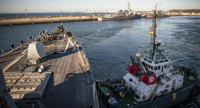 Les forces navales russes surveillent un destroyer américain en mer Noire