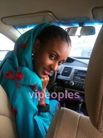 L'ex miss, Fatima Diallo Diouf dans la voiture que son  mari lui a offert