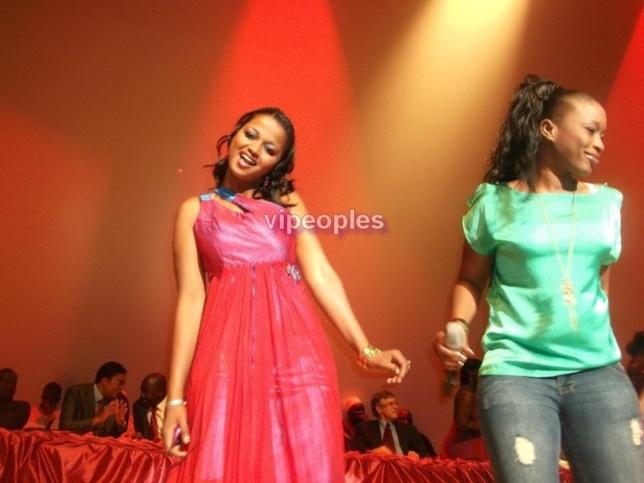 Aida Samb fait danser une mauritanienne!