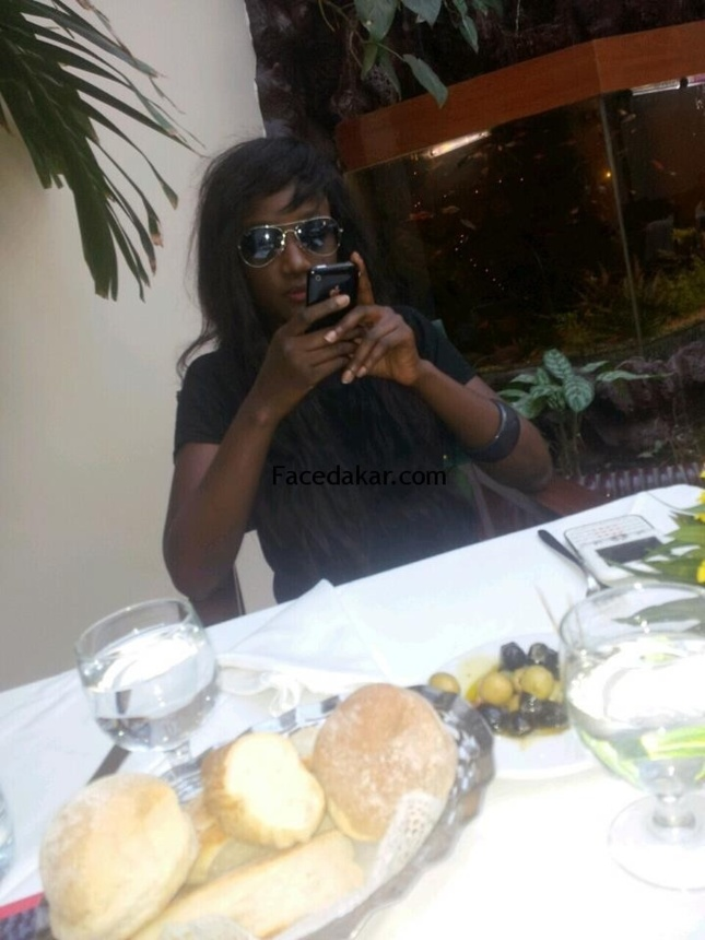 Roki, la journaliste pigiste prend son dejeuner