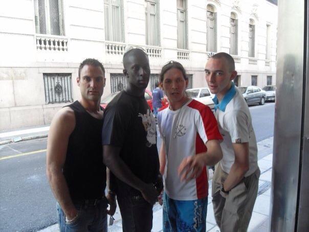 Teihura de l'émission Kolontah, ses amis et le mannequin sénégalais Tchof