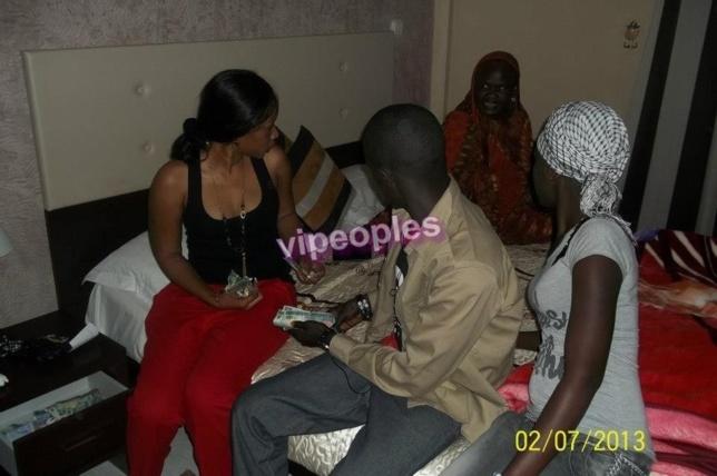 Aida Samb comptant son argent avec sa famille à l'hotel Iman de NOUAKCHOTT-MAURITANIA