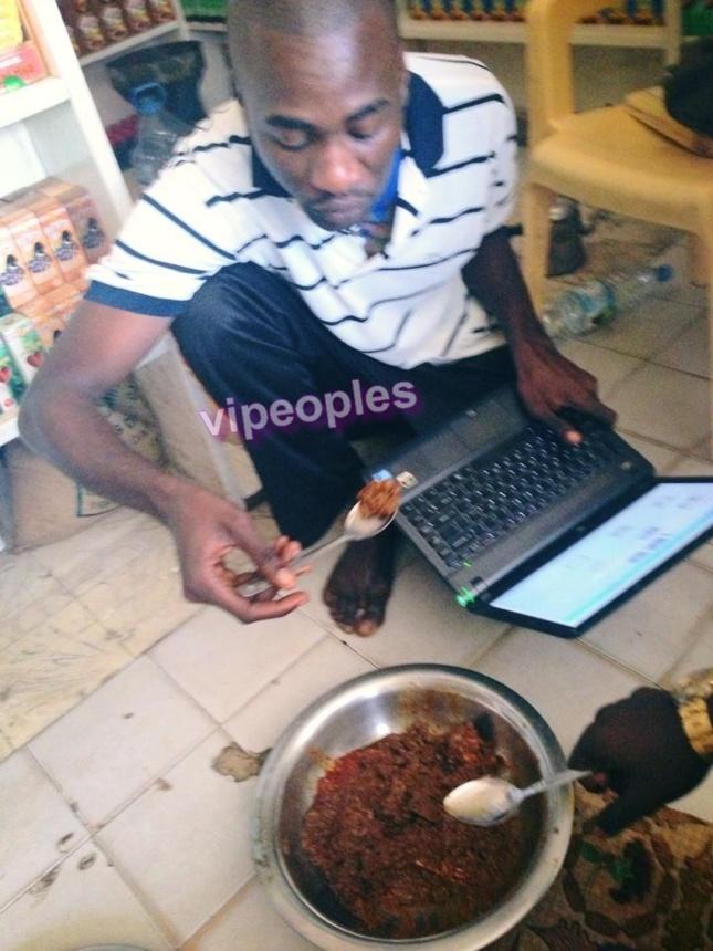 Quand Seydina Aliou Mbow le proprio de page senegal mange du riz et travaille sur son ordinateur en même temps...