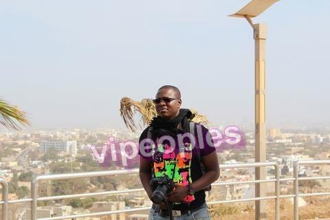 Le journaliste Basile Niane en Tournage. Qu'il est sérieux dans son travail!