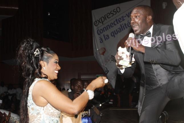 Bébé Bass la femme du chanteur Pape Douf donne des billets à Mbaye Diéye Faye