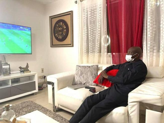 Couvre-feu: A 21h, Aly Ngouille Ndiaye relax sur son canapé en regardant son match (photos)