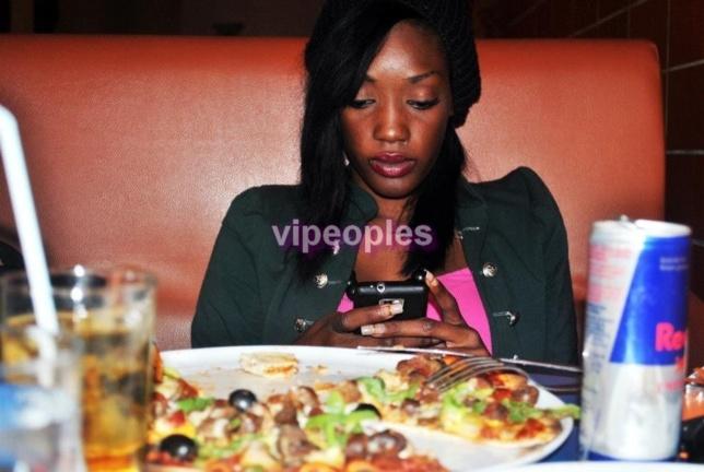 Yayou Sarr seule face à sa pizza