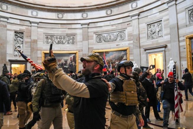 Assaut du Capitole: le FBI mettait en garde contre des violences dans la capitale, selon le Washington Post
