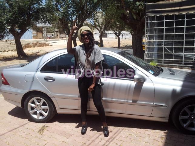 Gabrielle Goudiaby se la joue starlette devant sa voiture