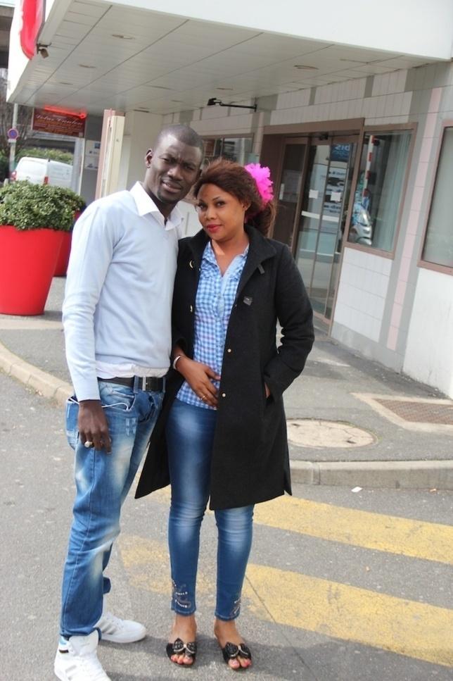 Gomis, le photographe de VIP NEWS magazine et Amina Poté de la TFM dans les rues de Bagnoles à Paris