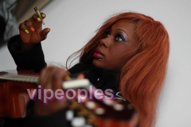 La cigarette à la main, un style particulier, Mame Jaara Gueye dévoile ses talents de musicienne