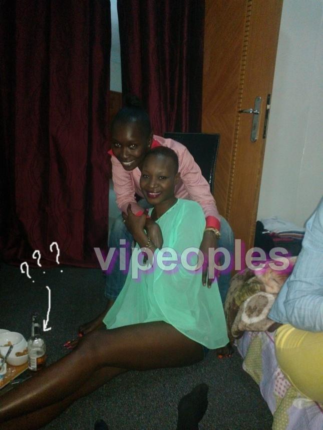 Qui peut me dire ce que contient la bouteille qui se trouve à côté de Fleur Mbaye ?