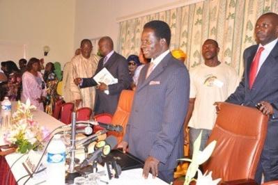 Un look qui dérange depuis quelques temps , des sénégalais indexent les failles vestimentaires de l'homme politque Ibrahima Fall
