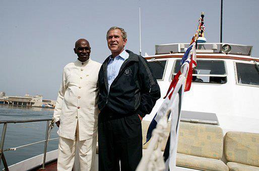 Abdoulaye Wade et George Bush profitent du soleil et de la mer.