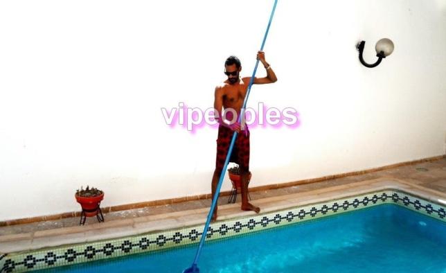 Maxime Sene se transforme en nettoyeur de piscine.