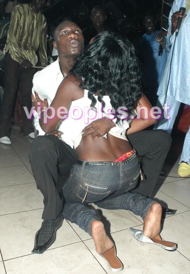 [PHOTO CHOQUE] Quand Ameth Thiou, le danseur de Thione Seck danse avec une femme!