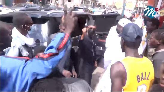 Visite surprise de Cheikh Ba chez les jeunes de la rue 5 à la Médina.Regardez