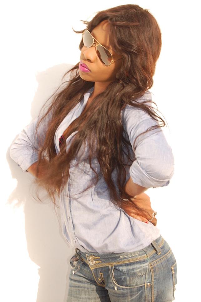 Voici Adja Sonko, la nouvelle présentatrice de télé, elle prépare une émission de mode !!!