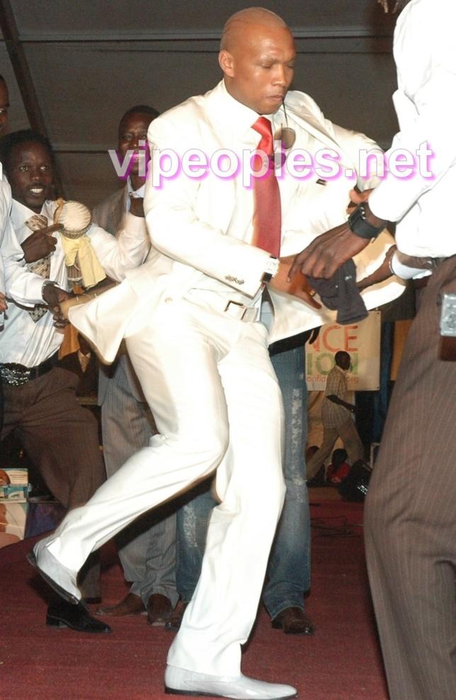 El Hadji Diouf à fond dans sa danse!