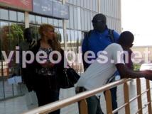 Une mendiante demande à Viviane Chidid son Ipode