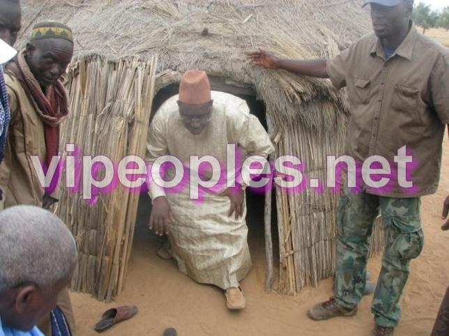 Macky Sall sort d'une case de villageois !