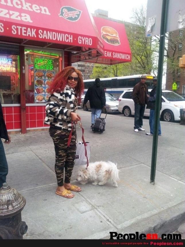 Amina Poté et sa caniche en promenade