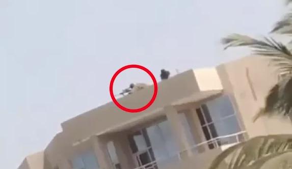Manifestations au Sénégal: Un sniper aperçu dans un toit avec son arme, prêt à tirer