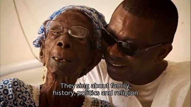 Un moment de complicité entre le ministre Youssou Ndour et sa grand-mère