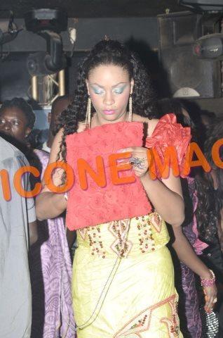 Mais que cherche Adja Ndoye dans son sac?
