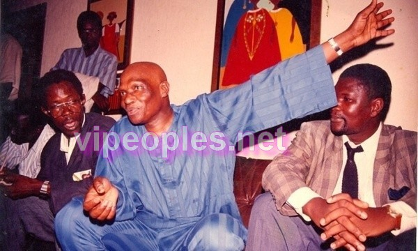 Souvenir : Me Wade entouré du journaliste Mour Diop et de Ousmane Ngom !!!