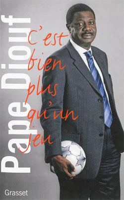 """Francois Hollande a """"pris connaissance avec interet"""" l'ouvrage de Pape Diouf"""