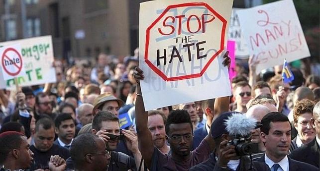 """Manifestation à New York après le meurtre d'un jeune homosexuel,""""Tué parce qu'il était gay"""""""