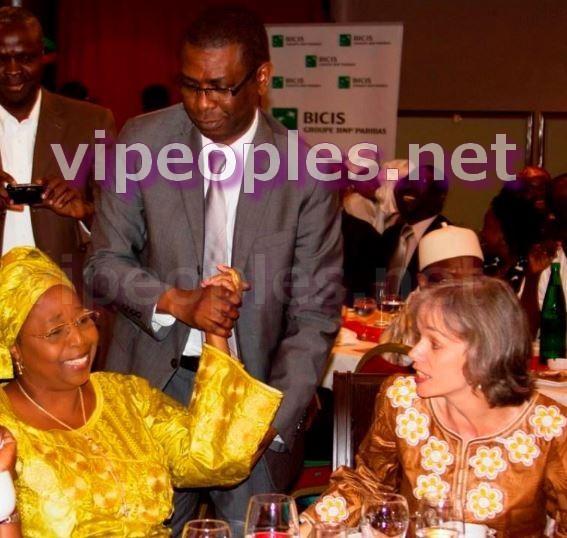 Et le ministre du Tourisme Youssou Ndour invite Awa Marie Coll-Seck à venir danser!