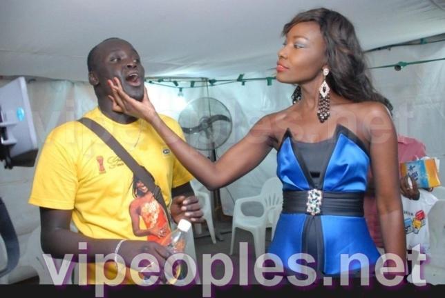 Coumba Gawlo vérifie la dentition de son frère Matar en coulisse !!!