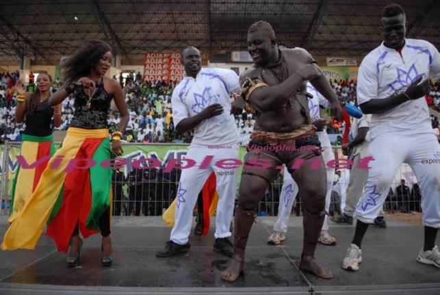 Le lutteur Balla gaye 2 s'amuse à côté de l'artiste Queen Biz au stade Demba Diop
