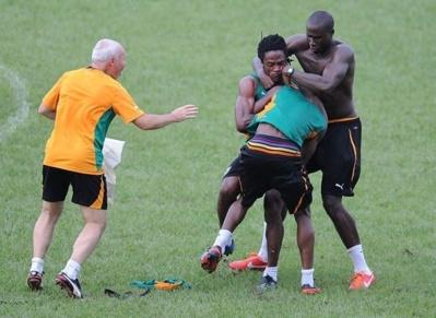 Deux joueurs Ivoiriens,Gosso et Abdul Razak se battent en pleine séance d'entraînement