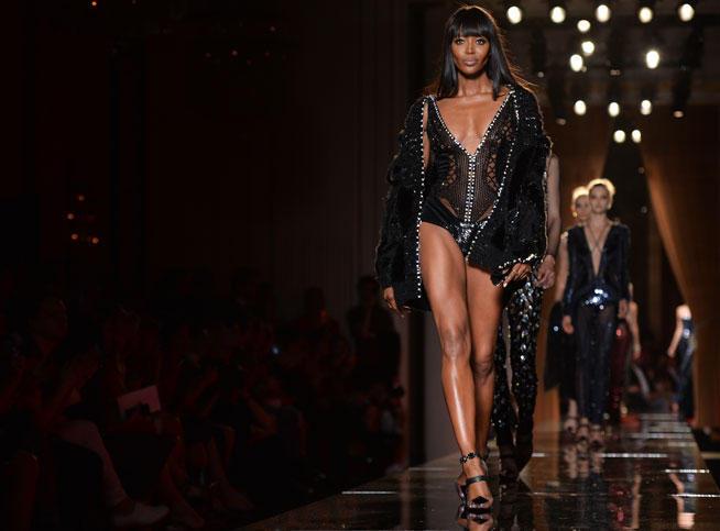 La panthère reprend du service : un défilé ultra sexy pour Versace devant un parterre de stars