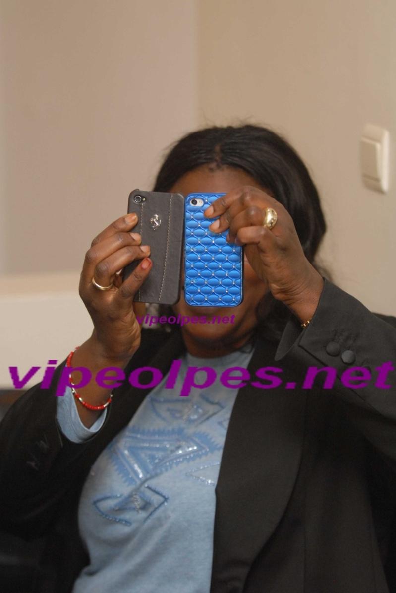 Marième Faye SALL se cache dernière ses téléphones pour éviter le photographe