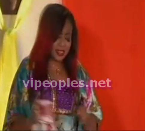 Amina Poté fait tomber un de ses cils dans le pot de lait de Peer bu Khar