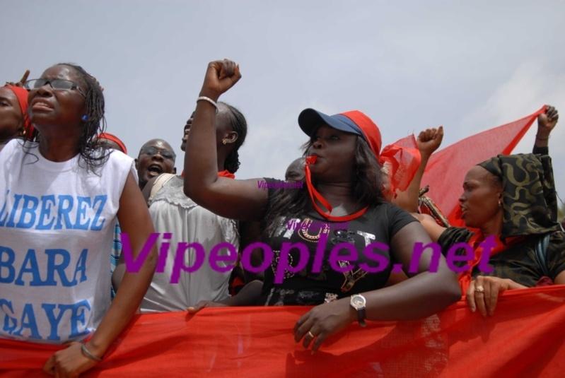 """Dakar: Les premières images de la """"marche noire"""" du PDS contre le régime de Macky Sall"""