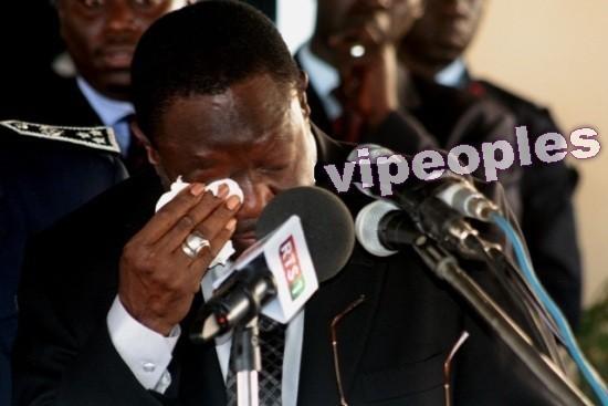Mbaye Ndiaye passant le témoin à Pathé Seck pleure
